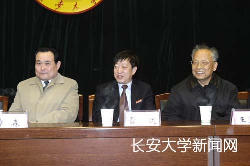 陕西省交通厅厅长曹森(左一),校党委书记雷达出席座谈会(左二)